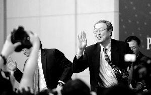 周小川/记者会结束后,周小川向记者挥手告别。新华社发