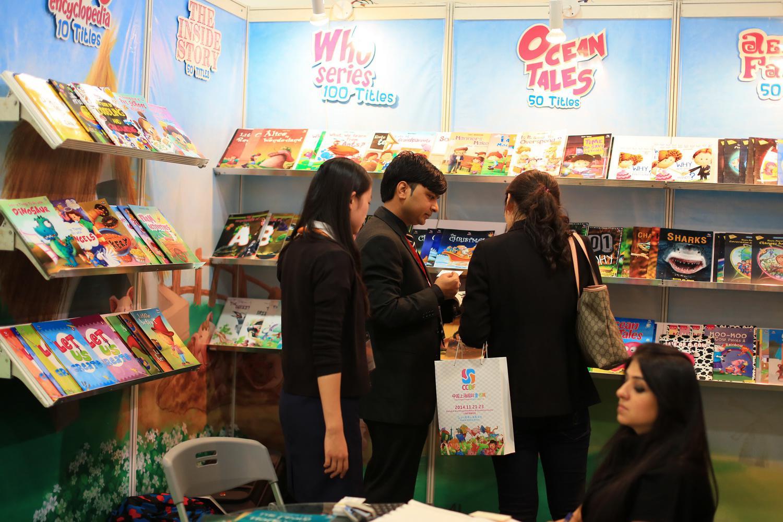 11月20至22日,与世界和未来在一起的2014中国上海国际童书展(CCBF)将亮相上海世博展览馆,已提前预登记的专业观众届时可免费入场,大众读者购票则能参与公众区活动和购买书籍,22日展会全场向公众开放,一天门票25元,三天联票50元,每张票可免费携带两名儿童入场。      扩容下的童书展更具国际范   身兼版权贸易与阅读推广重任的童书展,为解决展商对商务氛围和大众购买需求的矛盾,扩容并优化空间是唯一选择。   上海市新闻出版局局长徐炯表示,今年童书展总规模达到1.